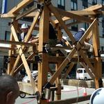 7月10日午前7時に始まった長刀鉾の鉾建ては、3時間後の10時過ぎどだい部分がくみ上げられていた。