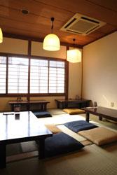 店の2階がカフェスペースになっている。町家造りで落ち着いた雰囲気の座敷で一休み。