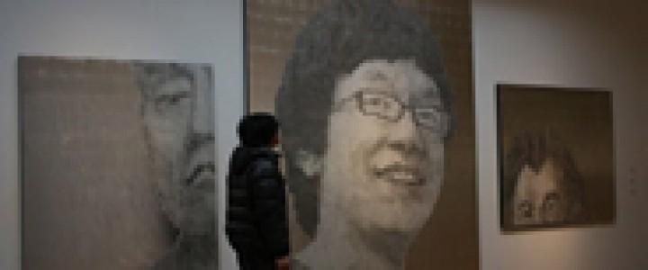 (左から)  悲しむ男 翻弄される男 微笑む男  2013年  (左から)162×130cm、280×224cm、130×162cm 高知麻紙、アルミ箔、鉛筆、一円玉  「2012年度京都造形芸術大学大学院修了展」