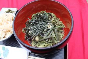 庭園内の茶店の床机で、冷えた茶そばを食べながらの鑑賞も一興(花の茶屋、茶そばセット)