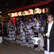 八坂神社の神官からお祓いを受ける。