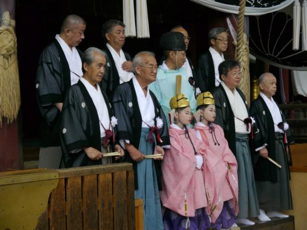 神職から同神社の神木の葉でくるんだ「杉守り」を授与された