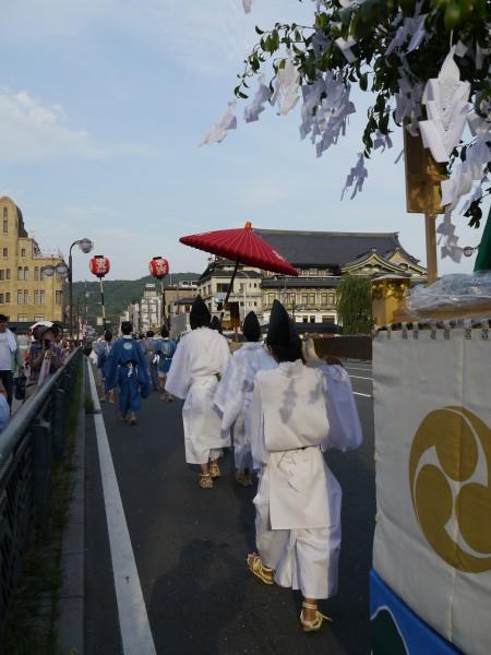 氏子地域を巡行後、四条大橋に差し掛かったところ。