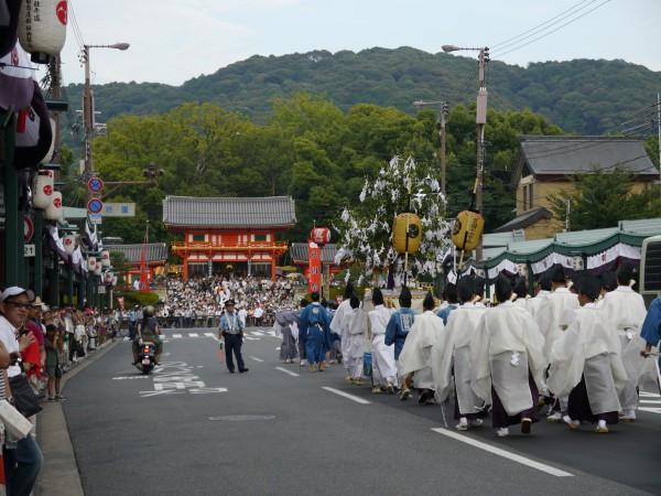 夕日に輝く、東山。八坂さんが目前となり、石段下では、多くの観衆が神幸祭神輿の登場を待つ。