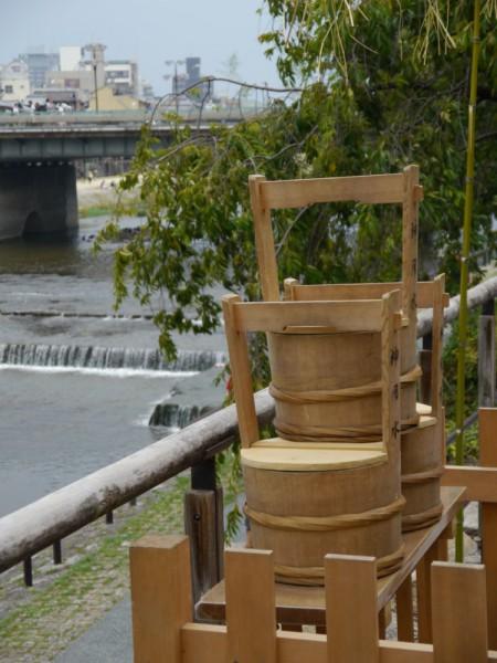 50mほど先の四条大橋の橋上に神用水のくみ上げ、神輿洗式を示す齋竹(いみたけ)、結界が見えます。