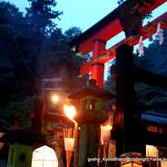 愛宕古道街道灯し 愛宕神社一の鳥居