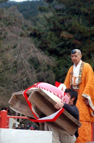 090217_16godairiki_motiage_daigoji