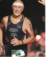 ゴールするウェバー氏 (アイアンマン世界選手権  ハワイ・コナ2013.10) image © finisherpix